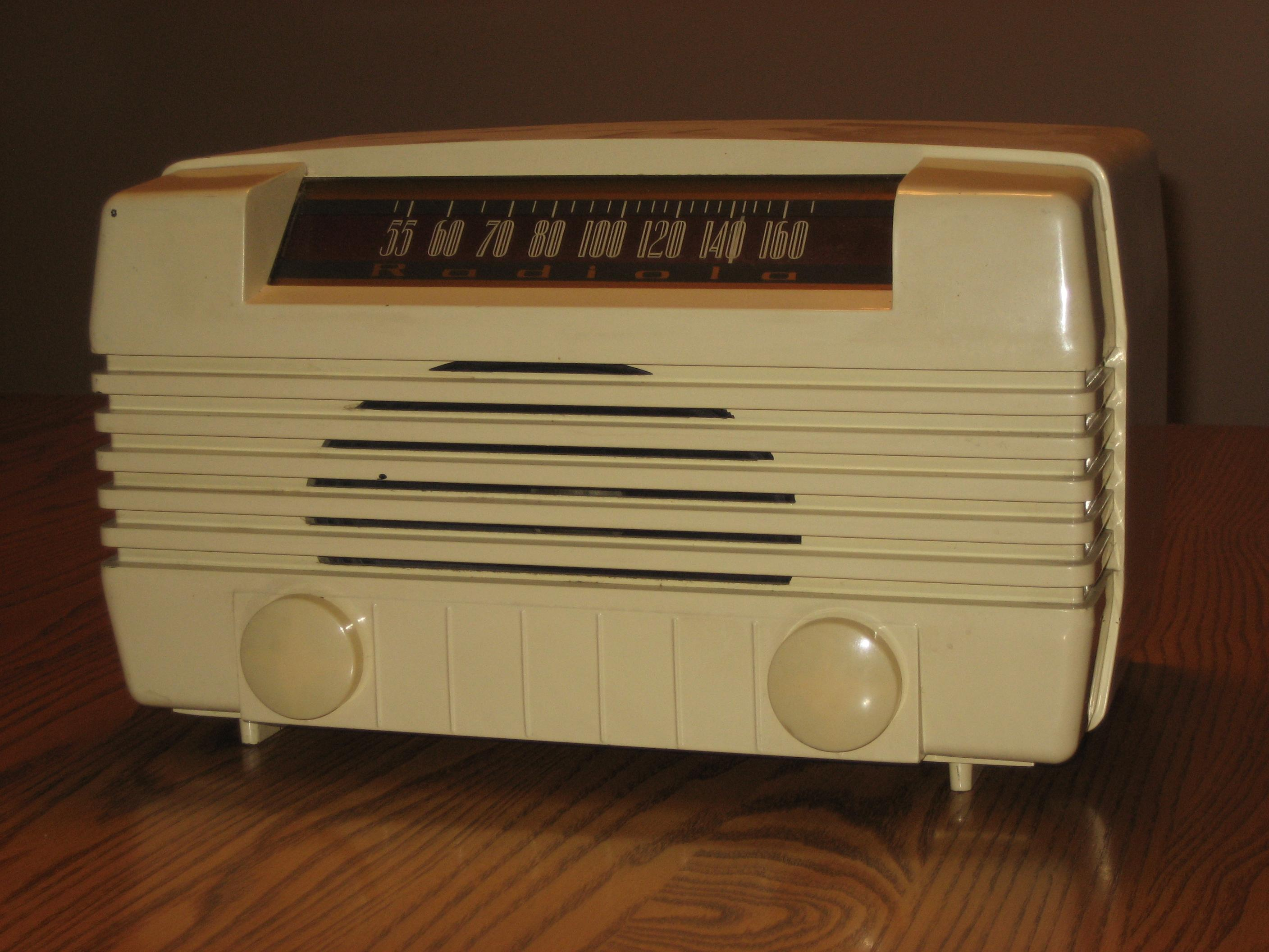 RADIOLA TABLE RADIO